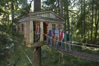 Pete Nelson and his team of workers on 'Treehouse Masters' — Photo courtesy of Animal Planet